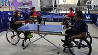 Atlet NPC Indonesia cabor tenis meja, berlatih di Hartono Trade Center, Solo Baru, Sukoharjo, Kamis (27/2/2020). (Bola.com/Vincentius Atmaja)