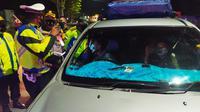 Dipimpin langsung Kapolres Garut selaku Ketua Tim Satgas Covid-19 Garut AKBP Wirdhanto Hadicaksono, petugas Satgas Covid-19 Garut akhirnya memutarbalik kendaraan pemudik Idul Adha yang menuju Garut. (Liputan6.com/Jayadi Supriadin)