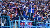Aremania membirukan Stadion Kanjuruhan, Kabupaten Malang, dalam duel Arema FC Vs Persija Jakarta, Sabtu (24/11/2019). (Bola.com/Iwan Setiawan)