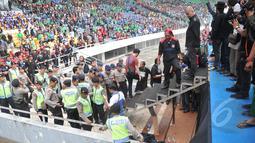 Musisi Ahmad Dhani sedang melihat jenazah yang terjatuh dari atap SGBK, Jakarta, Jumat (1/5/2015). Jenazah pria tersebut terjatuh dengan kondisi membakar diri saat Dhani manggung di Perayaan Hari Buruh. (Liputan6.com/Herman Zakharia)