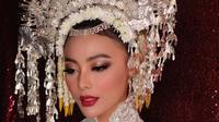 Selain dengan balutan busana putih dan suntiang di kepalanya, makeup Whulandary oleh Bubah Alfian ini juga membuat penampilannya terlihat sangat pangling. (Instagram/bubahalfian)