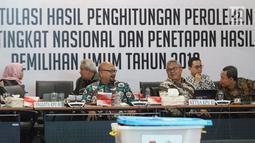 Ketua KPU RI, Arief Budiman (keempat kiri) memimpin rapat Rekapitulasi Hasil Penghitungan Perolehan Suara Tingkat Nasional dan Penetapan Hasil Pemilihan Umum Tahun 2019, Jakarta, Minggu (5/5/2019). Rapat dihadiri partai politik, timses Capres/Cawapres dan Bawaslu. (Liputan6.com/Helmi Fithriansyah)