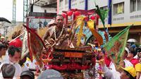 Seorang tatung mengikuti karnaval perayaan Cap Go Meh di Glodok, Jakarta, Minggu (21/2). Perayaan Cap Go Meh yang merupakan rangkaian terakhir masa perayaan Imlek itu diikuti 1477 peserta dengan menampilkan berbagai kesenian. (Liputan6.com/Angga Yuniar)