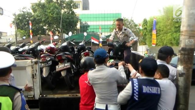 Seorang sopir bajaj dihukum push up karena memarkir kendaraannya di trotoar. Razia parkir oleh Dishub dilakukan menjelang perhelatan Asian Games
