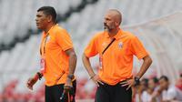 Asisten pelatih Persija Jakarta, Eduardo Perez dan Antonio Claudio saat melawan PSM Makassar pada laga Liga 1 2019 di SUGBK, Jakarta, Rabu (28/8). Kedua tim bermain imbang 0-0. (Bola.com/M Iqbal Ichsan)