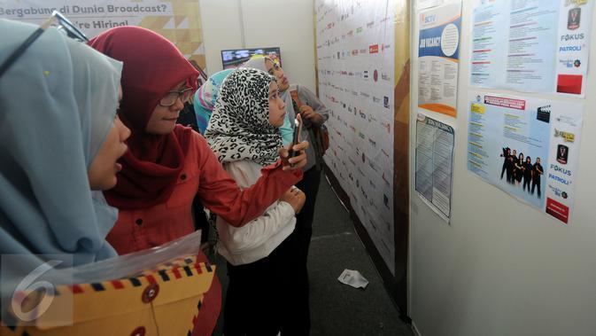 Sejumlah pelamar melihat lowongan kerja yang dibuka perusahaan EMTEK Group pada Job for Career di Stadion Gelora Bung Karno Jakarta, Rabu (30/9/2015). Tingginya angka pencari kerja menjadikan bursa kerja ramai peminat. (Liputan6.com/Helmi Fithriansyah)#source%3Dgooglier%2Ecom#https%3A%2F%2Fgooglier%2Ecom%2Fpage%2F%2F10000