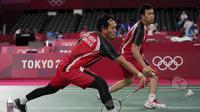 Hendra Setiawan/Mohammad Ahsan menutup hasil positif tim bulu tangkis Indonesia di hari pertama Olimpiade Tokyo 2020. Seluruh 5 partai mampu dimenangkan wakil Indonesia. Empat partai dilalui dengan kemenangan mudah, hanya Praveen/Melati yang harus bersusah payah. (Foto: AP/Dita Alangkara)