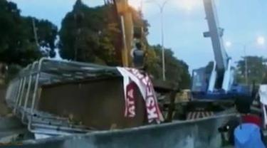 VIDEO: Ini Alasan Sopir Truk Muatan Crane Tabrak Jembatan Tol BSD