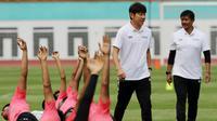 Manajer pelatih Timnas Indonesia, Shin Tae-yong didampingi Indra Sjafri, saat latihan Timnas U-19 di Stadion Wibawa Mukti, Senin (13/1/2020). Pria asal Korsel ini menjadi supervisi untuk Timnas Indonesia senior, U-22, U-20, dan U-16. (Bola.com/M Iqbal Ichsan)