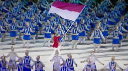 Atlet renang, I Gede Siman Sudartawa, membawa bendera Indonesia pada upacara pembukaan Asian Games di SUGBK, Jakarta, Sabtu, (18/8/2018). (Bola.com/Vitalis Yogi Trisna)