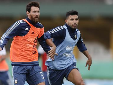 Striker Argentina, Lionel Messi dan Sergio Aguero, mengikuti latihan bersama timnas Argentina jelang laga kualifikasi piala dunia 2018 di  Buenos Aires, Selasa (29/8/2017). Argentina akan berhadapan dengan Uruguay. (AP/Natacha Pisarenko)