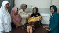 Heni (24), korban longsor Sukajaya, Bogor, melahirkan usai dievakuasi dengan menggunakan helikoper, Rabu (8/1/2020).(Liputan6.com/ Achmad Sudarno)