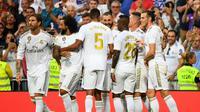 Para pemain Real Madrid merayakan gol yang dicetak Karim Benzema ke gawang Valladolid pada laga La Liga di Stadion Santiago Bernabeu, Madrid, Sabtu (24/8). Kedua klub bermain imbang 1-1. (AFP/Gabriel Bouys)