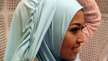 Cantiknya Hijab Tutorial Ala Hanna Dewi Sandra Fimela Fimela Com