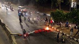 Massa membuat blokade di jalan Gatot Subroto bawah jembatan layang Gerbang Pemuda, Jakarta, Rabu (29/9/2019). Massa yang rata-rata berseragam sekolah dan pramuka bentrok dengan petugas sehingga jalan depan Kompleks Parlemen lumpuh. (Liputan6.com/Helmi Fithriansyah)