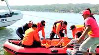 Evakuasi jenazah nelayan yang tenggelam. Foto: (Akbar Fua/Liputan6.com)
