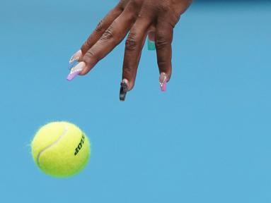 Petenis Amerika Serikat, Serena Williams bersiap melakukan servis bola saat berhadapan dengan petenis Anastasia Potapova dari Rusia babak pertama Australia Terbuka 2020 di Melbourne, Senin (20/1/2020). Pada penampilannya itu, Serena Williams mencuri perhatian lewat cat kukunya. (AP/Lee Jin-man)