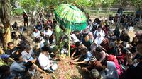Keluarga berdoa bersama saat pemakaman korban jatuhnya pesawat Lion Air JT 610 Jannatun Cintya Dewi di Sidoarjo, Jawa Timur, Kamis (1/11/2018). Jannatun merupakan pegawai Kementerian ESDM yang menjadi salah satu penumpang Lion Air. (AP/Trisnadi)