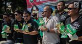 Kasubag Humas Polres Metro Jakarta Barat Kompol M Marbun (ketiga kiri) beserta jajaran menunjukkan barang bukti kasus narkotika jaringan Internasional Malaysia-Indonesia di Polres Jakarta Barat, Selasa (16/7/2019). Polisi berhasil mengamankan Empat tersangka. (Liputan6.com/Faizal Fanani)