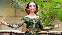 Bukan hal yang aneh jika Roro Fitria berdandan glamor dan dengan makeup yang tebal. Terlebih saat Roro berada di depan publik untuk mengisi sebuah acara dan menghibur para penggemarnya. (Instagram/roro.fitria1989)