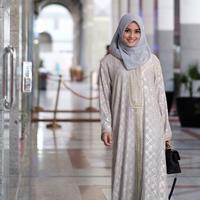 Saat ibadah umrah, Ririn Ekawati tampil cantik dengan mengenakan gamis serta hijab. Saat itu, ia umrah mendoakan almarhum suaminya yang sakit. (foto: instagram.com/ririnekawati)