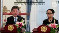 Menteri Luar Negeri Retno Marsudi (kanan) mendampingi Menteri Luar Negeri Jepang Motegi memberi pernyataan saat kunjungan delegasi di Gedung Kemlu, Jumat (10/1/2020). Kunjungan membahas kerjasama di bidang investasi termasuk pengembangan pulau terluar seperti Natuna. (Liputan6.com/Faizal Fanani)