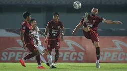 Pemain Borneo FC, Javlon Guseynov (kanan) berusaha menghalau bola saat melawan Bali United dalam laga pekan ke-5 BRI Liga 1 2021/2022 di Stadion Indomilk Arena, Tangerang, Selasa (28/09/2021). Kedua tim bermain imbang 1-1. (Bola.com/Bagaskara Lazuardi)
