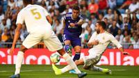 Gelandang Valladolid, Sergio Guardiola, melepas tendangan saat melawan Real Madrid pada laga La Liga di Stadion Santiago Bernabeu, Madrid, Sabtu (24/8). Kedua klub bermain imbang 1-1. (AFP/Gabriel Bouys)