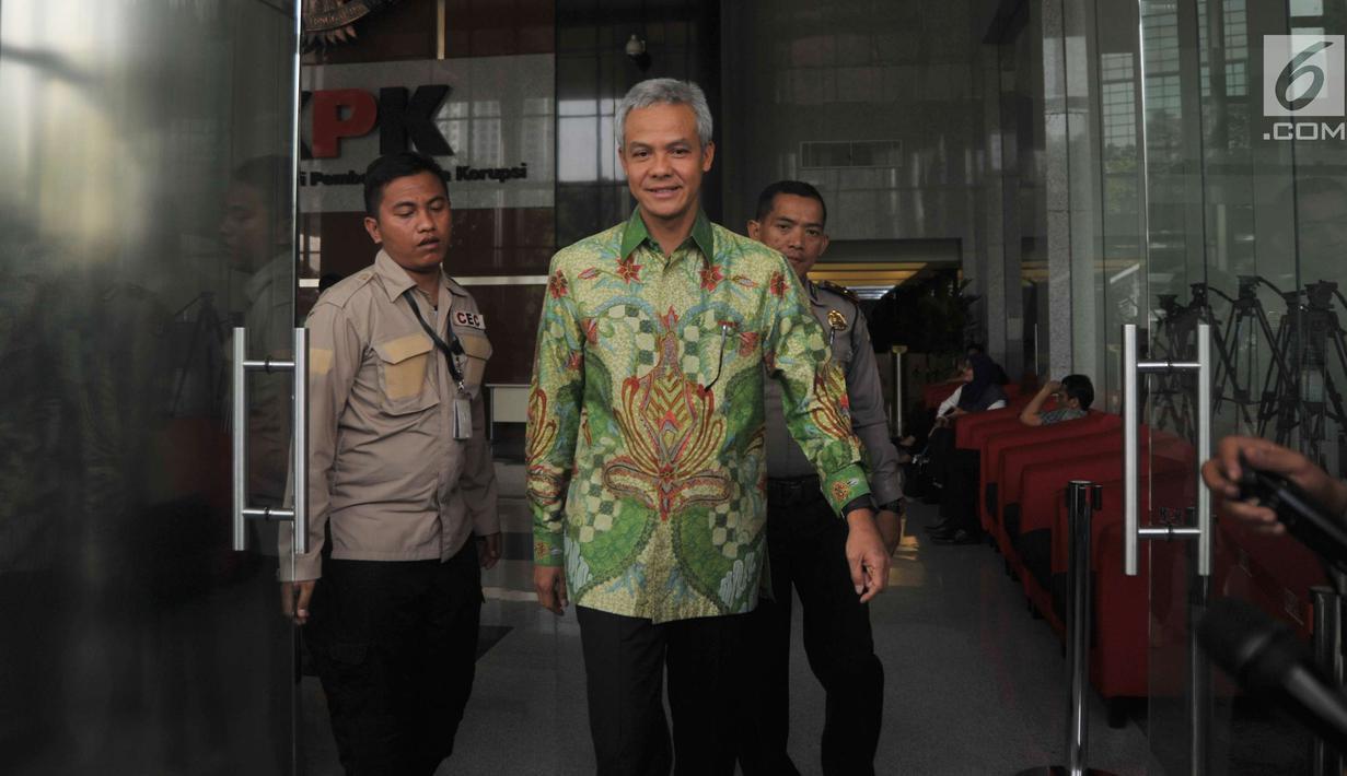 Gubernur Jawa Tengah Ganjar Pranowo berjalan keluar usai diperiksa di gedung KPK, Jakarta, Selasa (4/7). Mantan Wakil Ketua Komisi II DPR itu diperiksa sebagai saksi untuk kasus dugaan korupsi proyek pengadaan e-KTP. (Liputan6.com/Helmi Afandi)