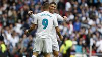 Pemain Real Madrid, Karim Benzema dan Cristiano Ronaldo merayakan gol saat melawan Malaga pada lanjutan La Liga Santander di Santiago Bernabeu stadium, Madrid, (25/11/2017). Madrid menang 3-2. (AP/Francisco Seco)