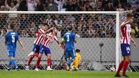 Para pemain Atletico Madrid merayakan gol yang dicetak Joao Felix ke gawang Juventus pada laga ICC di Stadion Solna, Stockholm, Sabtu (10/8). Atletico menang 2-1 atas Juventus. (AFP/Jonathan Nackstrand)
