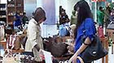 Dalam pameran yang digelar di Pusat Kerajinan UKM Smesco, Jaksel, Anda bisa mendapatkan tas-tas bergayak etnik atau elegan, berbagai pilihan batik, serta aneka jenis perhiasan kalung berikut anting.