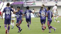 Pemain Persita Tangerang saat melawan PSM Makassar pada laga Shopee Liga 1 di Stadion Sport Center Tangerang, Jumat, (6/3/2020). Kedua tim bermain imbang 1-1. (Bola.com/M Iqbal Ichsan)