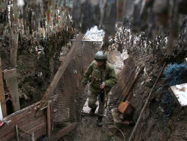 FOTOFOTO: Garis Depan Prajurit Ukraina Hadapi Separatis Dukungan Rusia: Prajurit Ukraina Berjaga di Garis Depan Hadapi Separatis Dukungan Rusia
