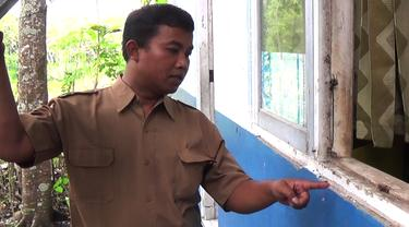 Seorang Guru menunjukan Jendela yang di Congkel