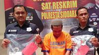 Hanya berbekal borgol, KT yang juga residivis asal Porong mengaku sebagai polisi dan berhasil membawa kabur mobil milik FS. (Liputan6.com/ Ahmad Ibo)