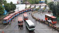 Angkutan Metromini menunggu penumpang di Terminal Blok M, Jakarta, Jumat (12/4). Kepala Bidang Angkutan Darat (BAD) Dinas Perhubungan DKI Jakarta Masdes Aerofi mengatakan setidaknya pada 2019 ini ada 312 bus sedang yang akan bekerja sama dengan Jak Lingko. (Liputan6.com/Immanuel Antonius)