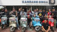 Klub skuter dari Bali, SSC yang anggotanya mantan kiper Arema, Kadek Wardana foto di depan kantor manajemen Arema. (Bola.com/Iwan Setiawan)