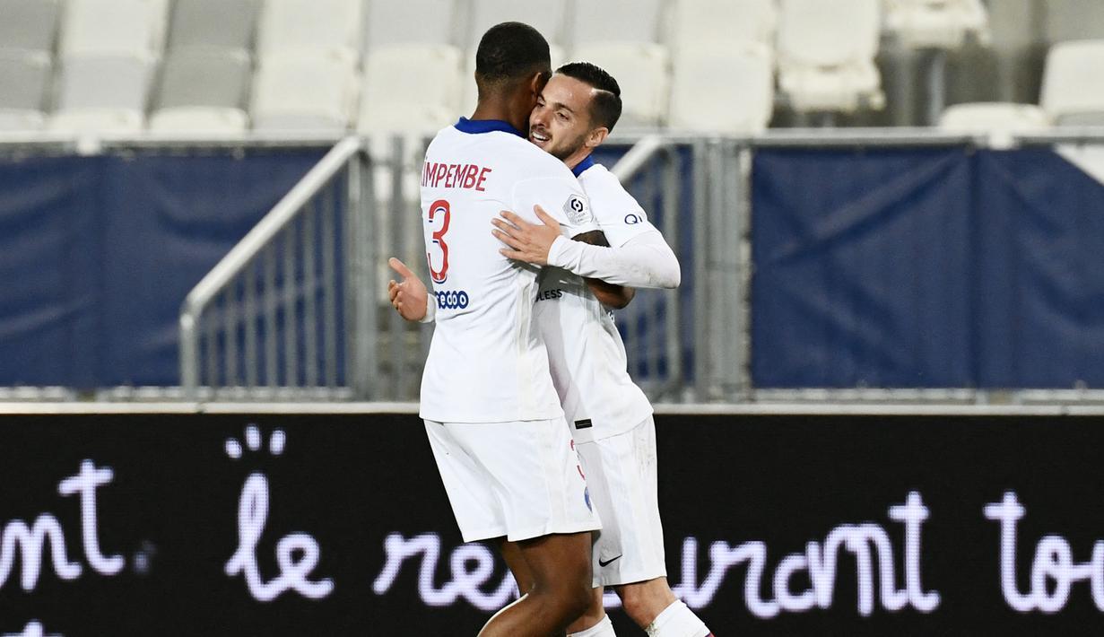 Pemain Paris Saint-Germain (PSG), Pablo Sarabia, melakukan selebrasi bersama Presnel Kimpembe usai mencetak gol ke gawang Bordeaux pada laga Liga Prancis di Stadion Matmut Atlantique, Rabu (3/3/2021). PSG menang dengan skor 1-0. (Photo by Philippe LOPEZ / AFP)