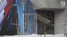 Kondisi kontruksi beton proyek light rapid transit ( LRT)  yang roboh di Kayu Putih, Jakarta Timur, Senin (22/1). Menurut polisi, konstruksi LRT itu roboh saat dilakukan pemasangan box girder. (Liputan6.com/Arya Manggala)