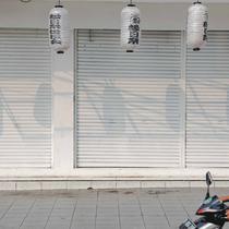 Pengendara motor melintas di depan pertokoan yang tutup di kawasan little Tokyo, Blok M, Jakarta, Rabu (21/7/2021). Pemerintah resmi menetapkan pemberlakuan pembatasan kegiatan masyarakat (PPKM) level 4 hingga 25 Juli mendatang untuk mencegah penyebaran virus Covid-19. (Liputan6.comn/Faizal Fanani)