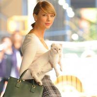 Taylor Swift akan ditemani oleh kucingnya, Olivia Benson, dalam turnya. Tentu saja hal itu menjadi cerita unik tersendiri! (ABC News)