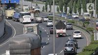 Sejumlah kendaraan melintasi ruas Tol Jagorawi, Jakarta, Rabu (22/4/2020). Pemerintah resmi memberlakukan larangan mudik mulai 24 April 2020 sebagai tindakan pencegahan penyebaran virus corona COVID-19 dengan membatasi kendaraan yang melewati jalan tol. (merdeka.com/Iqbal S. Nugroho)