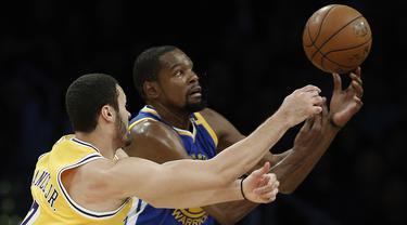 Pemain Los Angeles Lakers, Larry Nance Jr. (kiri) berebut bola dengan pemain Golden State Warriors, Kevin Durant (kanan) pada laga NBA basketball game di Los Angeles, (4/11/2016).  (AP /Alex Gallardo)