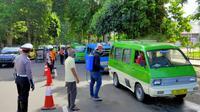 Angkot-angkot di Kota Bogor disemprot cairan disinfektan untuk mencegah penyebaran virus corona. (Liputan6.com Achmad Sudarno)