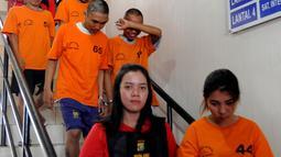 Tersangka WNA asal Thailand Chencira Aehitanon (kanan) bersama empat lainnya digiring petugas saat akan rilis kasus penyelundupan sabu dalam kelamin di Mapolres Tangerang Selatan, Banten, Kamis (31/10/2019). Chencira mengaku dibayar sekitar Rp 14 juta. (merdeka.com/Arie Basuki)
