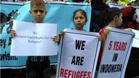 Tiga pengungsi anak-anak yang ikut turun menuntut hak mereka dalam aksi damai yang dilakukan ratusan pengungsi di kota Makassar pada rabu pagi (21/02/2018). (Foto: KabarMakassar.com)