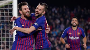 Penyerang Barcelona, Lionel Messi berselebrasi dengan Jordi Alba setelah mencetak gol ke gawang Leganes pada pertandingan pekan ke-20 La Liga Spanyol, di Camp Nou, Senin (21/1). Barcelona kian kokoh di puncak klasemen usai menang 3-1 (AP/Manu Fernandez)