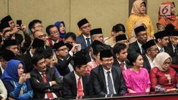Mantan Gubernur DKI Jakarta, Basuki Tjahaja Purnama (Ahok) duduk bersama Sutiyoso dan Djarot Saiful Hidayat dalam pengukuhan anggota DPRD DKI p2019-2024 di gedung DPRD DKI Jakarta, Senin (26/8/2019). Sebanyak 106 anggota DPRD DKI terpilih 2019-2024 dilantik hari ini. (Liputan6.com/Faizal Fanani)