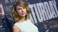 Saat tengah asyik bernyanyi di New Jersey, Taylor Swift mendadak terpeleset (Evan Agostini/Invision/AP)